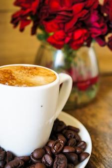 Кофейная чашка на тарелке с кофейными зернами