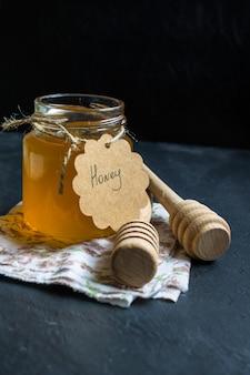 テーブルクロスに蜂蜜の瓶
