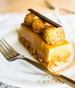 Европейские сладости на деревенской тарелке
