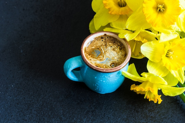明るい黄色の水仙の花と春のコンセプト