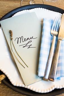 Сервировка стола с меню