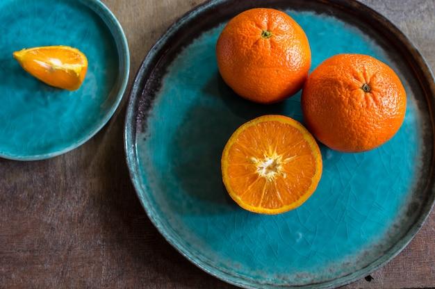 ターコイズプレートにオレンジ色の果物