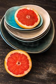 Ломтик грейпфрута на рустикальных тарелках