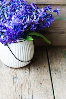 木製のテーブルに青い花を持つ装飾的な植物
