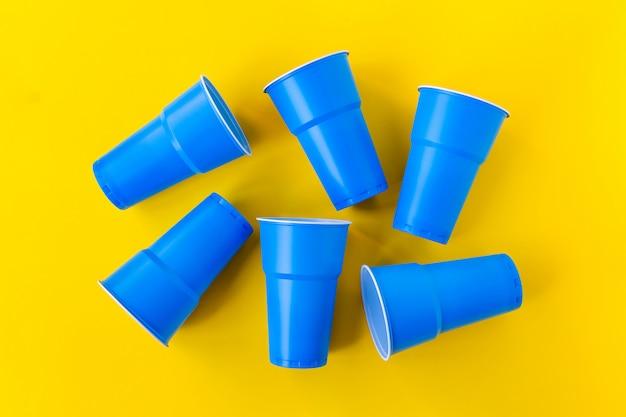 鮮やかな青いプラスチックカップ、トップビュー