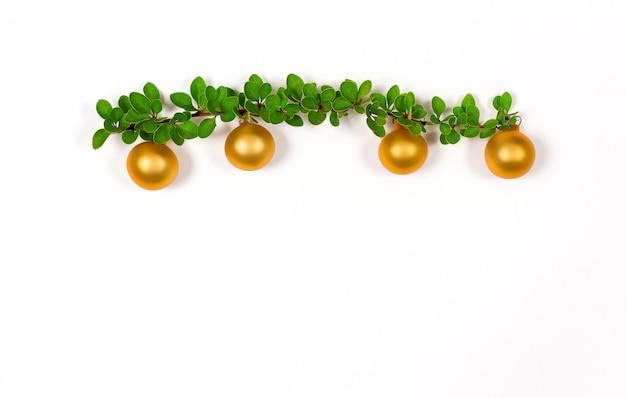 Рождество зеленая ветвь с золотыми шарами.