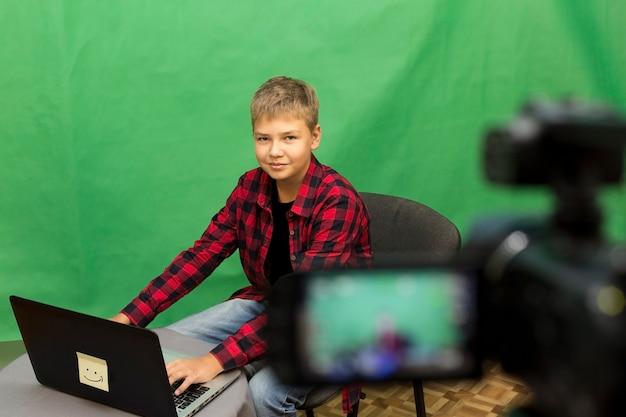 少年ブロガーは、緑のビデオを記録します