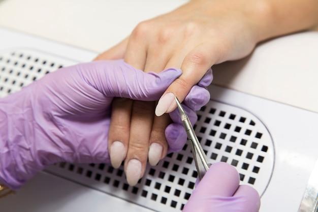 爪のマニキュアでの作業のための美容室。