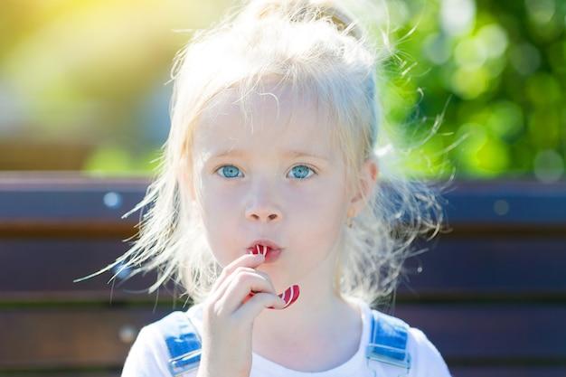 キャンディを手に持つ子供