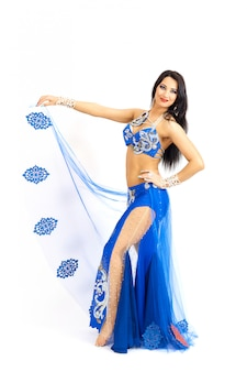 Юная танцовщица исполняет восточный танец живота. изолировать.