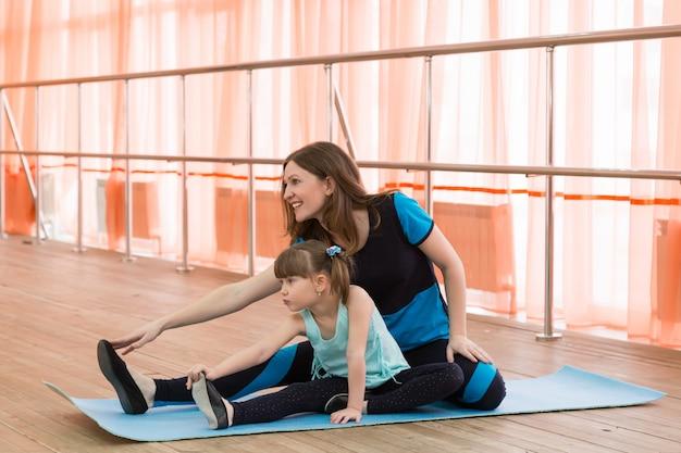 Родители и дети занимаются спортом.