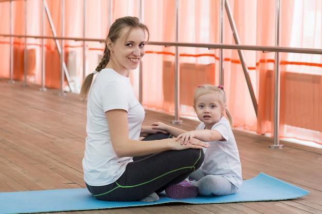 ママと娘とスポーツをする。