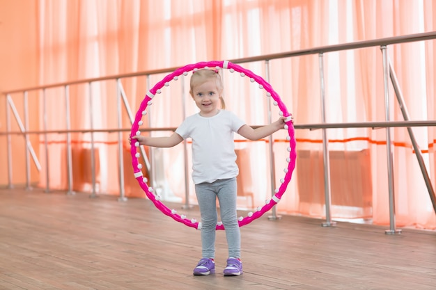 Красивая маленькая девочка, занятия спортом.