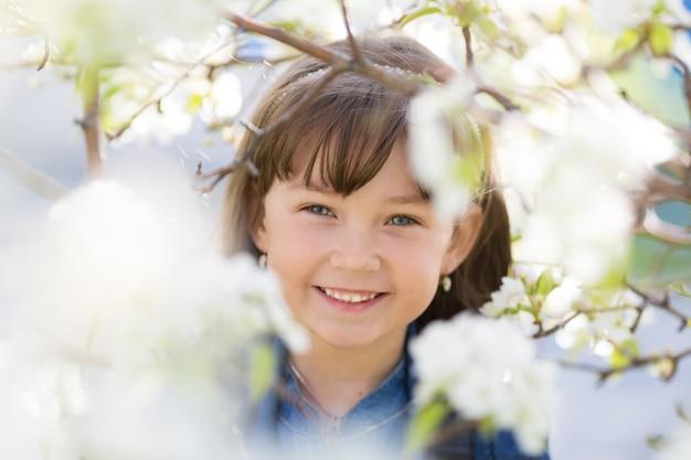 Портрет девушки в цветущей яблони.