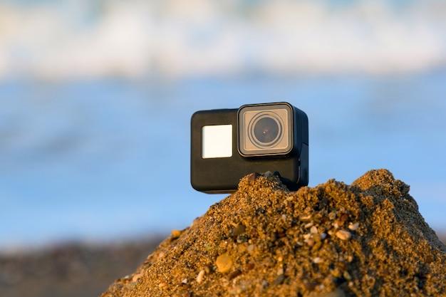 砂の中の極端な撮影のためのビデオカメラ。