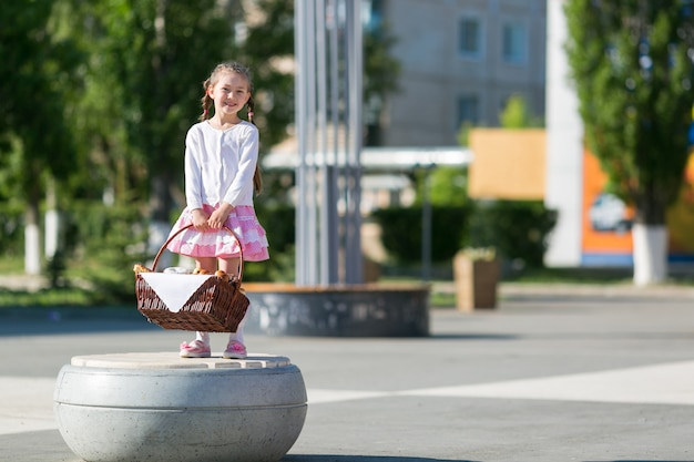 Маленькая девочка с корзиной хлеба.