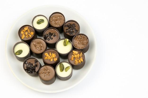 Шоколадные конфеты на белом фоне.