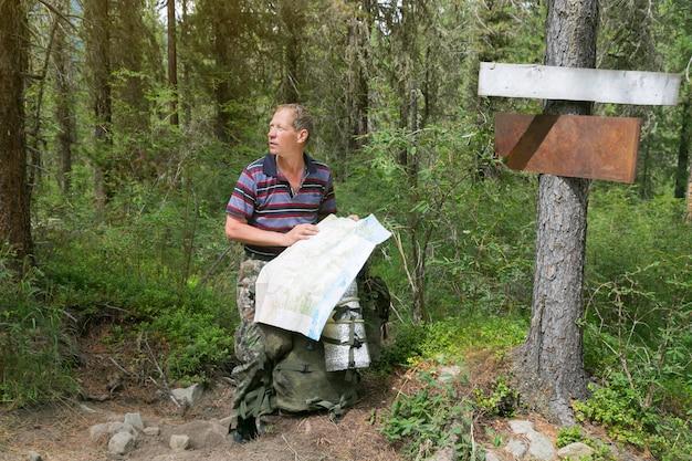 ポインターの近くの地図を持つ観光客