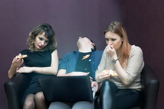 Мужчина заснул между двумя девушками во время фильма.