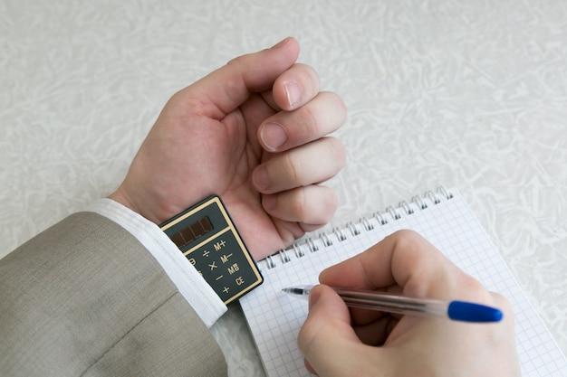 Студент списывает использование запрещенных материалов на экзамене.