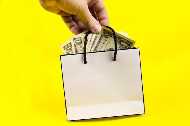 手はお金の袋を保持しています。