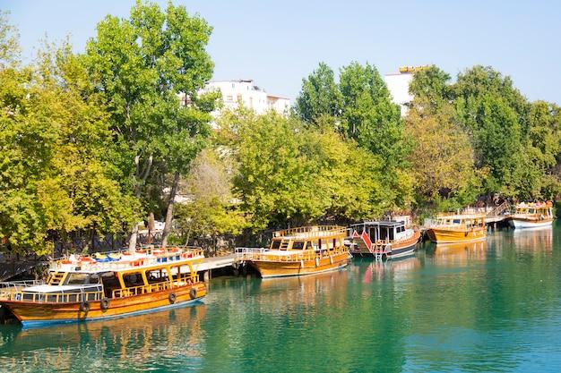 Корабли для туристических экскурсий по реке турции ожидают туристов.
