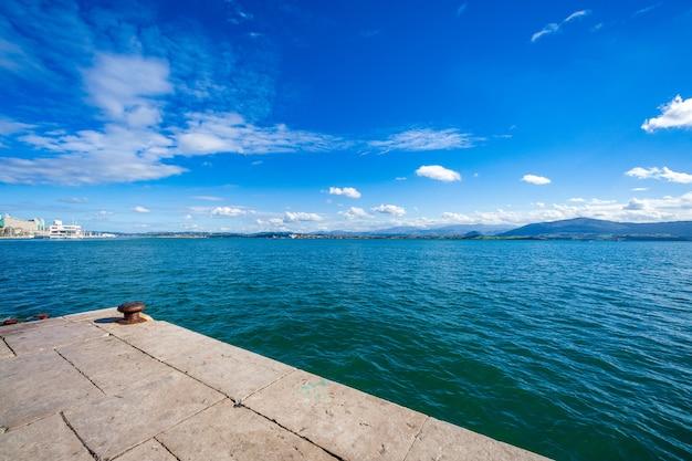 サンタンデール湾(カンタブリア、スペイン)の堤防からの眺め。