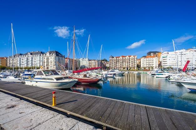 サンタンデール(スペイン、カンタブリア)のプエルトチコ帆船港。