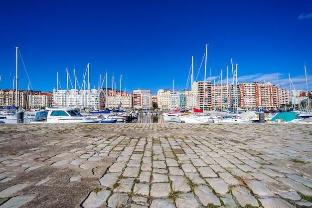 サンタンデール(スペイン、カンタブリア)のプエルトチコ帆船港。モーターボートとセーリングボートのあるレクリエーションポート。街の部分的な眺め。