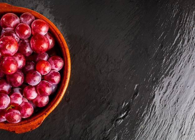 テーブルの上の赤ブドウのクラスターの美しいクローズアップ。