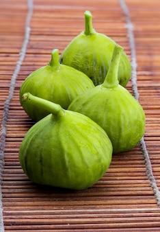 新鮮で熟した緑のイチジク。イチジクの葉の木。