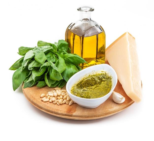 おいしいペストソースを作るための材料(新鮮なバジル、オリーブオイル、松の実、パルミジャーノ・レッジャーノとローマのペコリーノチーズ、塩少々、ニンニク)。
