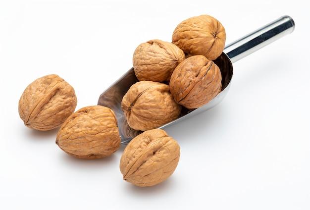 Орехи в металлической лопатке (сборник различных орехов). изолированные.