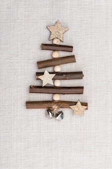 Красивая деревянная елка ручной работы. готов к рождественскому приветствию.