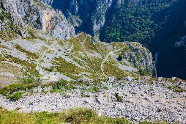 Национальный парк пикус де-европа. захватывающий вид на горный маршрут в тресвисо (кантабрия - испания)
