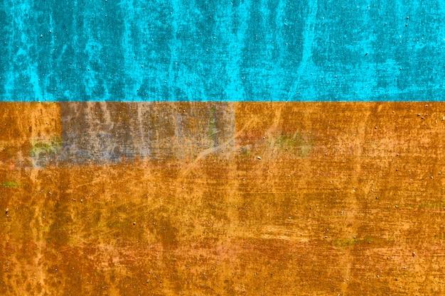 ひびの入った古い金属の質感。青(シアン)、黄土色、オレンジ色の銀色。コピースペース。