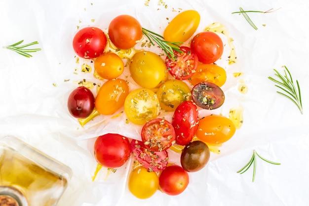 新鮮で生のカラフルなチェリートマト(赤、ガーネット、黄色)。