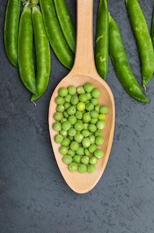 グリーンピースと生豆。