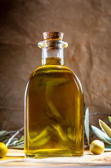 ガラス瓶入りのエキストラバージンオリーブオイル。