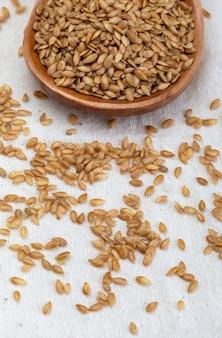 黄金の亜麻の種子。病気の予防と治療に役立つ微生物に有益な微量栄養素。