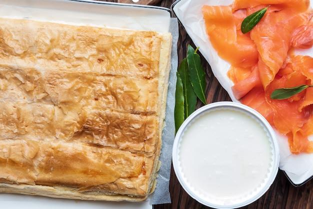 サーモンパイとフレッシュチーズ(パイ生地)。天然成分入り。家と素朴な外観。