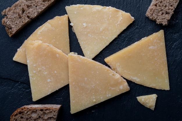 硬化羊のチーズ。ブラックボードとパンで細かく切る。チーズフォーク。上面図。