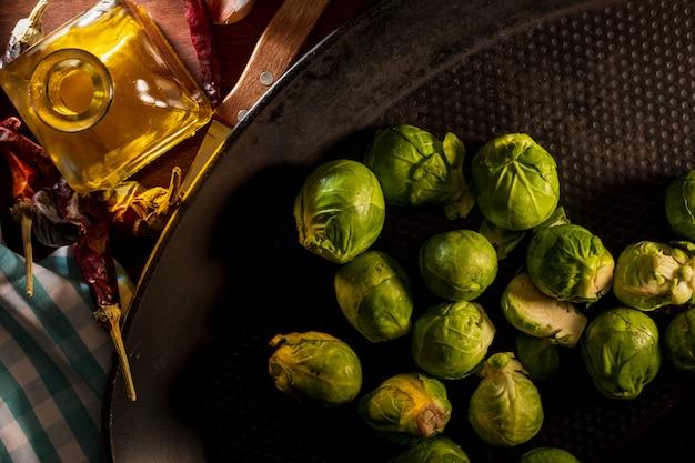 Вареная брюссельская капуста на сковороде