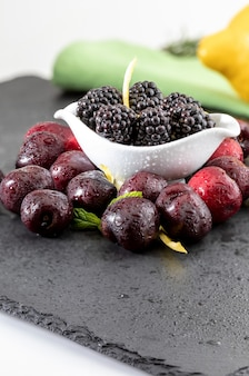 Вкусные ягоды, красная вишня, столб, ежевика, лимон и мята.