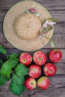 赤いリンゴと麦わら帽子