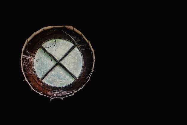 Старое круглое окно на чердаке, вид изнутри
