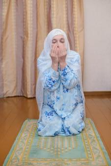祈る年配のイスラム教徒の女性