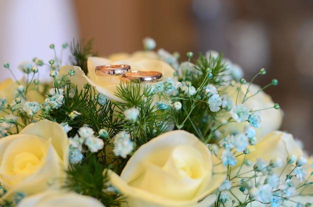 花嫁のブーケの結婚指輪