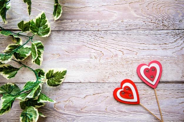 Деревянный фон с сердечками