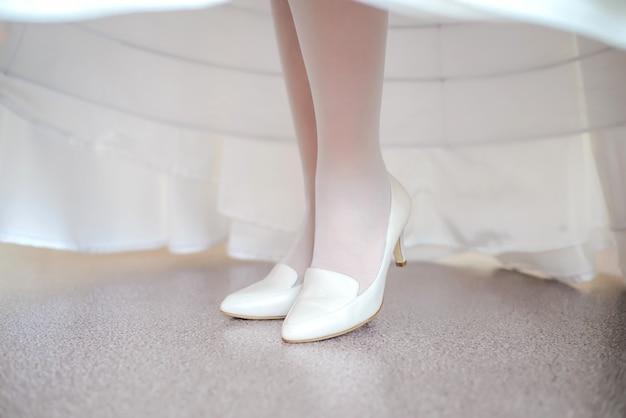花嫁の足に白い靴